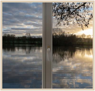 ikkunanäkymä iltamaisemaan järvelle frame